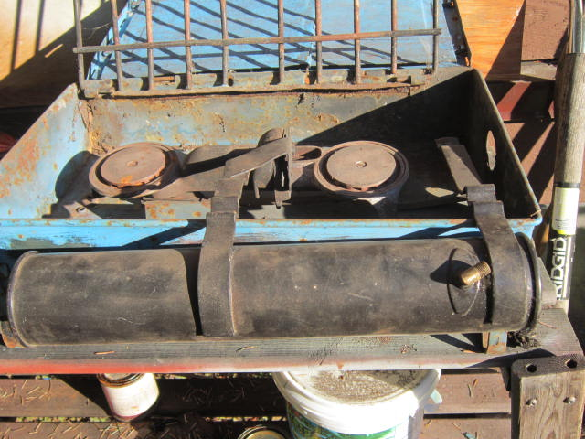 1387420749-Canadian__2_A_stove__old_Canadian_lamp_559.JPG